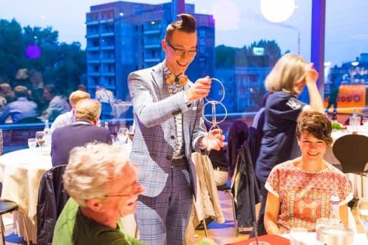 Zauberer Tim macht jede Familienfeier zu einem Spektakel