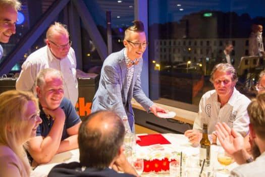 Zauberer Tim verzaubert die Zuschauer in Halle Schkeuditz