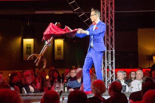 Magier Tim begeistert bei Weihnachtsfeiern in Halle Schkeuditz